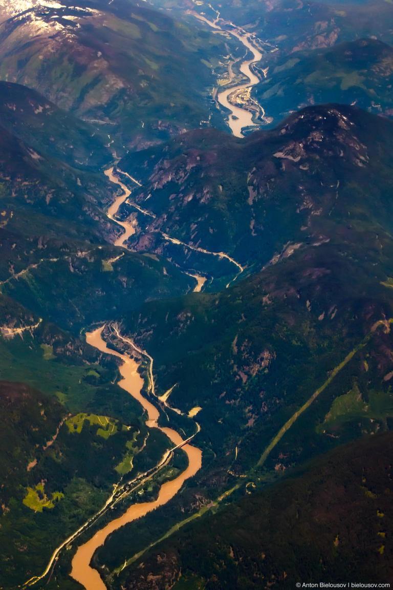 Фото с самолета: долина горной реки в горах Британской Колумбии