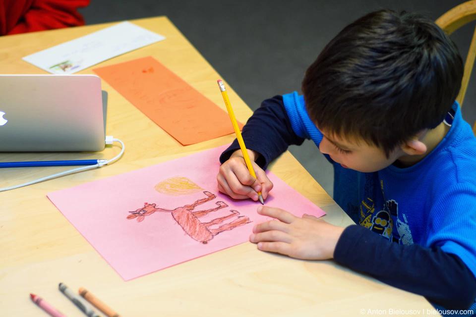 Антоша рисует оленя Рудольфа на обратной стороне письма Санте
