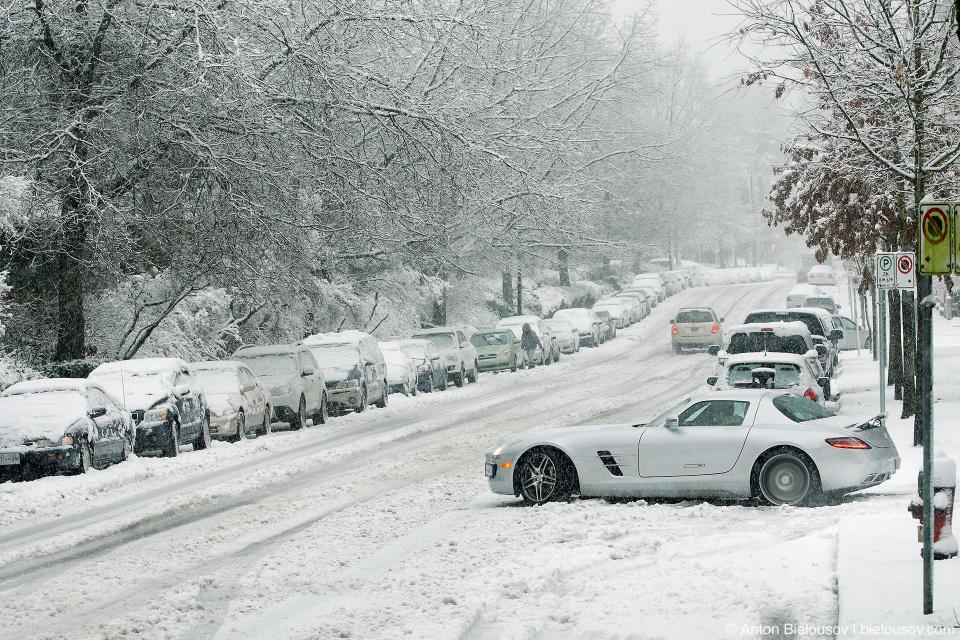 Mercedes AMG SLS за $200,000 застрял в снегу в Burnaby, BC не хуже Лады Калины