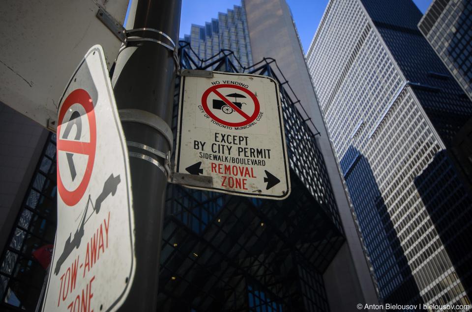 Знак, запрещающий продажу хотдогов с передвижных хотдожных в Торонто