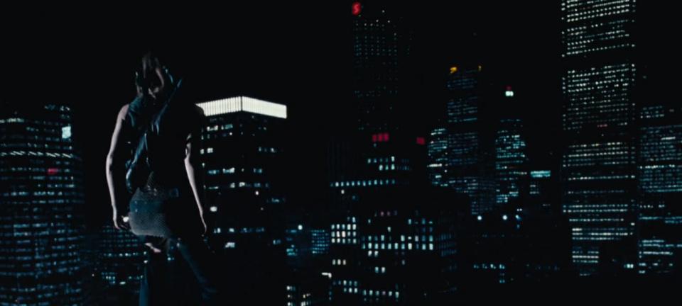 Resident Evil: вид на спину Милы Йовович и ночной даунтаун Торонто