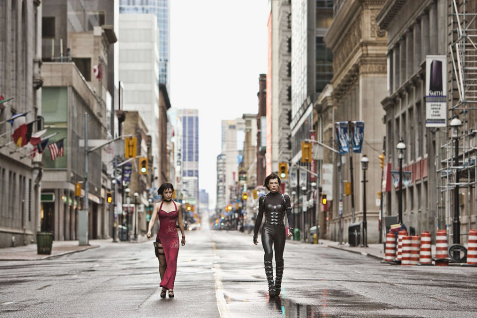 Resident Evil: Retribution (2011) — Мила Йовович прогуливается улицами даунтауна Торонто