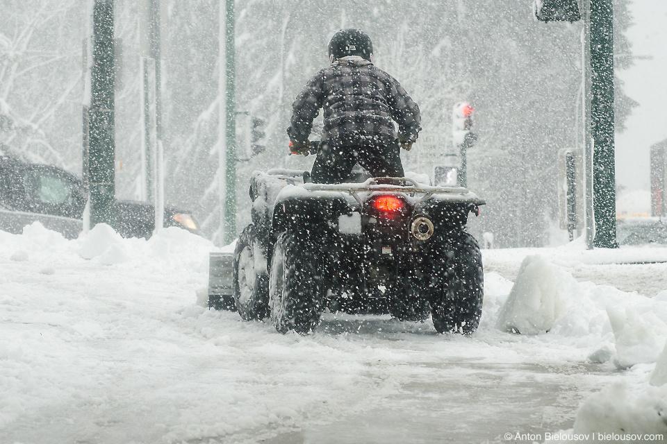 В Ванкувере тротуары чистят от снега квадрациклами
