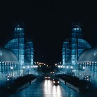 Resident Evil Apocalypse: здание экспоцентра Direct Energy Centre (Exhibition Place) в Торонто скопировали и зеркально отобразили с правой стороны дороги для новой штаб квартиры Umbrella Corp.