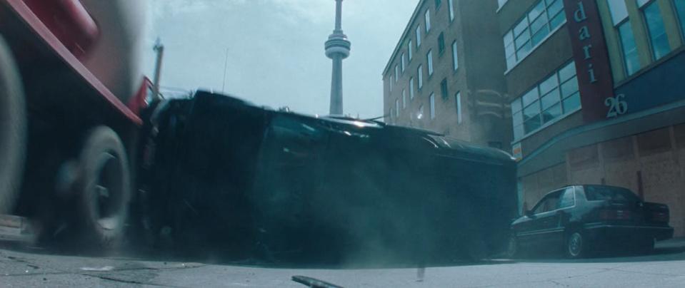 Resident Evil: сцена автокатастрофы в Торонто, в которой в сего в паре кадров мелькает CN Tower