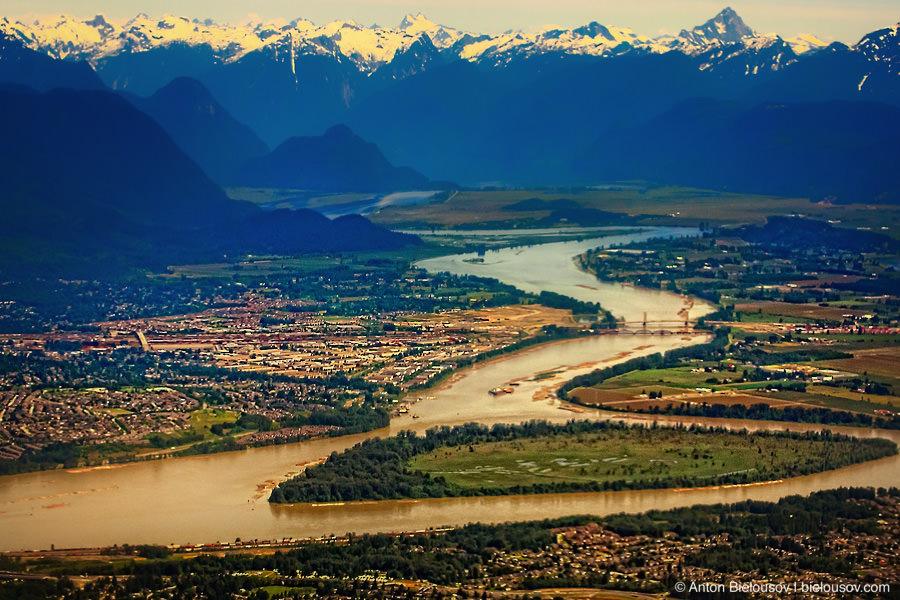 Фото с самолета: Долина реки Фрейзер (Fraser River) на восточном конце Ванкувера
