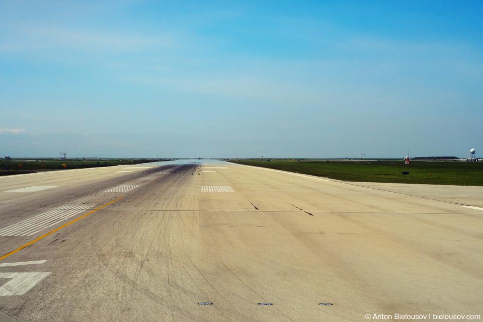 Взлетно-посадочная полоса в международном аэропорту Ванкувера (YVR)