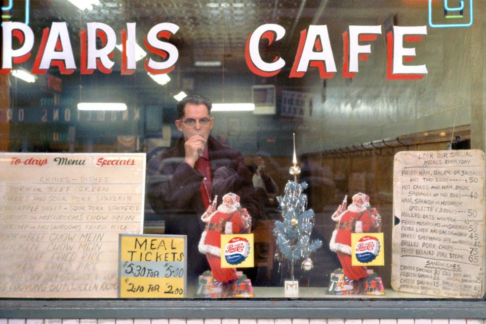 Кафе «Париж», 1959 год. (© Fred Herzog—Courtesy of Equinox Gallery, Vancouver)