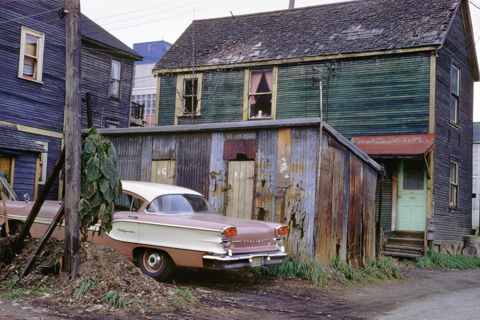 Новый Понтиак, 1957 год. (© Fred Herzog—Courtesy of Equinox Gallery, Vancouver)