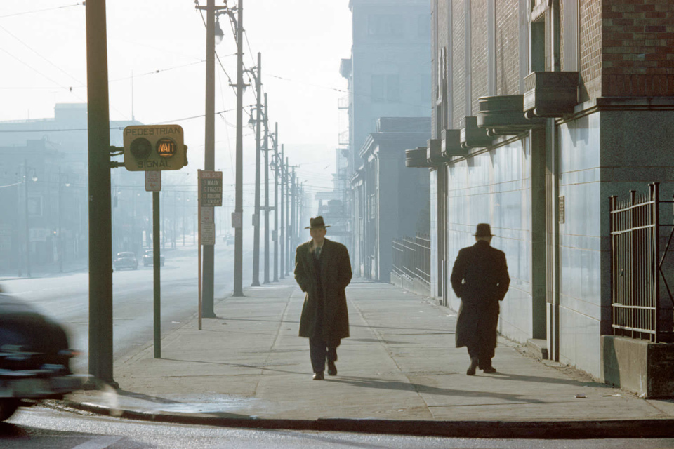 Два мужчины в тумане, 1958 год. (© Fred Herzog—Courtesy of Equinox Gallery, Vancouver)