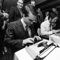 Соревнование на скорость набора текста на старой печатной машинке
