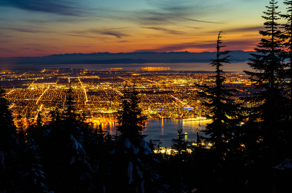 Панорама ночного Ванкувера с Grouse Mountain