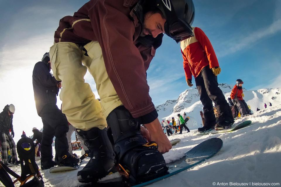 Бен крепит сноуборд перед 10 км. спуском