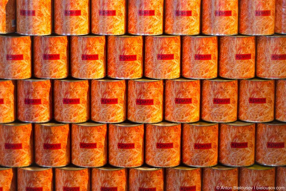 Горы консервных банок с крилем на всех яыках на консервном заводе Gulf of Georgia