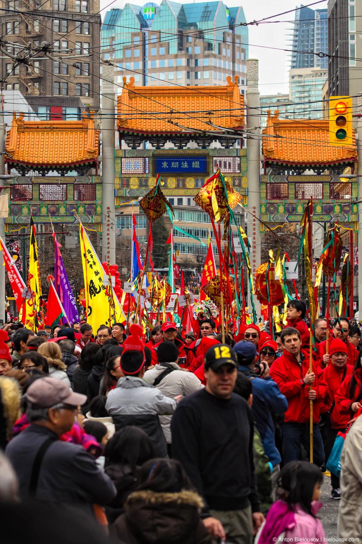 Парад проходит через ворота в Чайнатауне Ванкувера