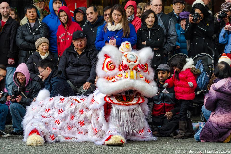 Согласно древнему мифу, в начале каждого нового года китайцы вынуждены были бороться против мифического животного, носившего название Нянь (кит. 年). Нянь приходил в первый же день Нового года, чтобы пожирать скот, зерно и пищевые припасы и даже сельских жителей, особенно детей. Чтобы защитить себя, жители клали еду при входе в помещение, напротив двери, с приходом каждого нового года.