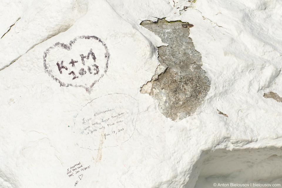 Настоящий цвет гранита Белого камня и графити от голландской туристки Лизы