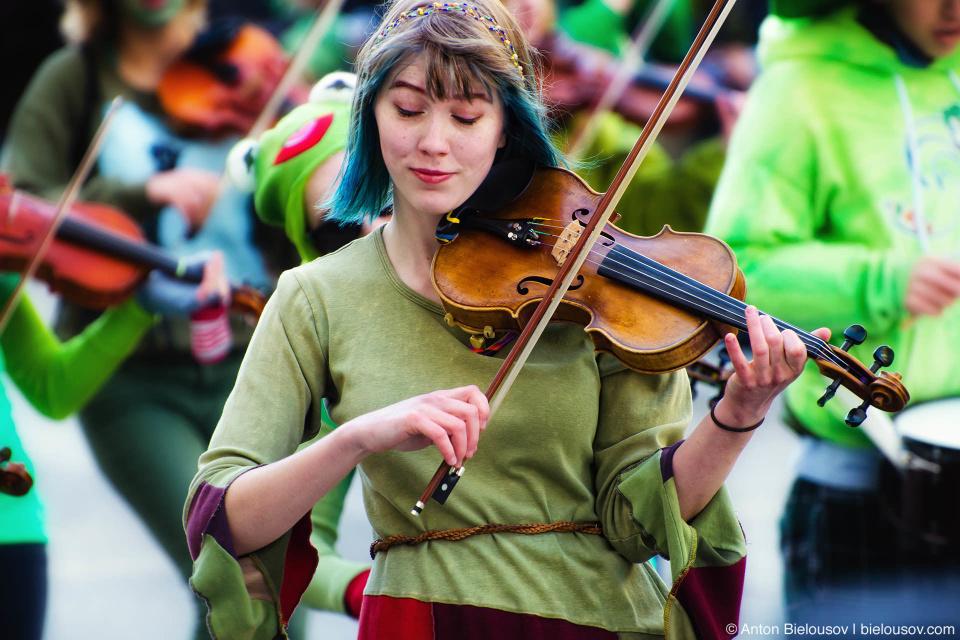 Девушка играет на скрипке на параде Святого Патрика в Ванкувере