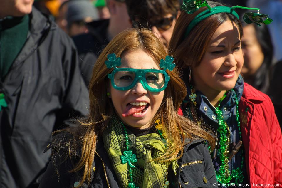 Девушка позирует с языком в Кельтской деревне после парада в День Святого Патрика в центре Ванкувера