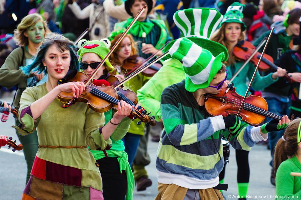 Ирландские скрипачи на параде Святого Патрика в Ванкувере