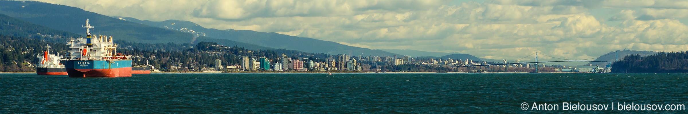Панорама Северного Ванкувера и моста Львиные ворота (Lions Gate Bridge) с утеса в Lighthouse Park
