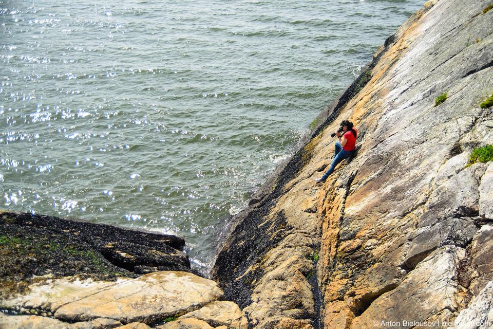 Фотограф Lionelle Sanders на скале острова в Whytecliff Park (West Vancouver)