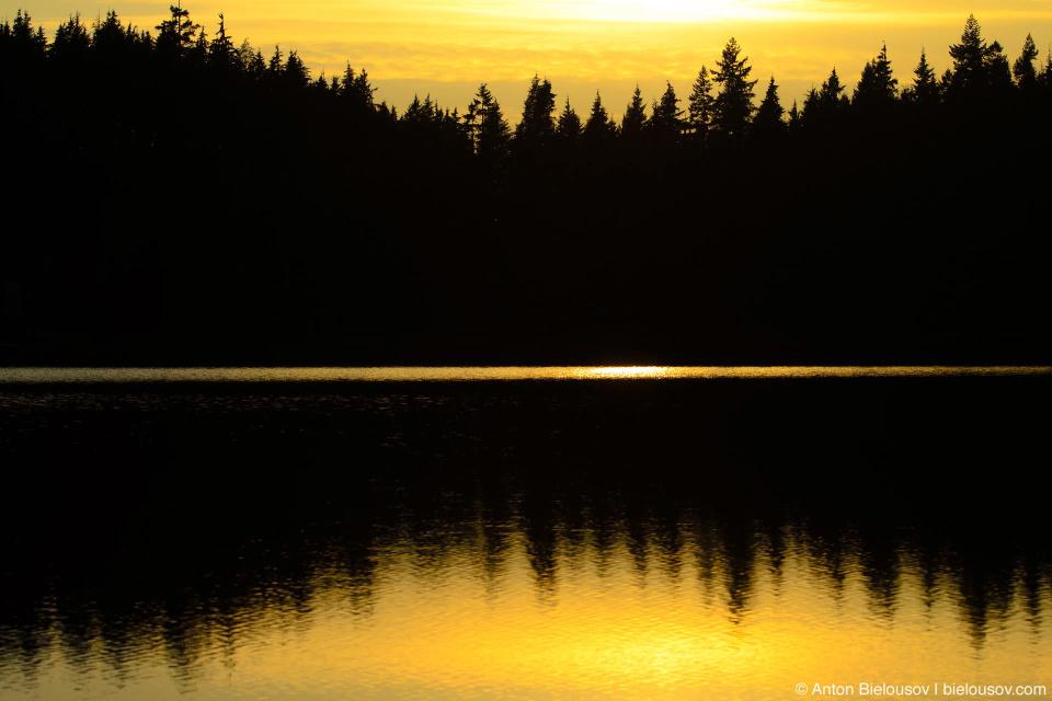 ОТражение заката в воде озера Сасамат (Sasamat Lake, Port Moody, BC)