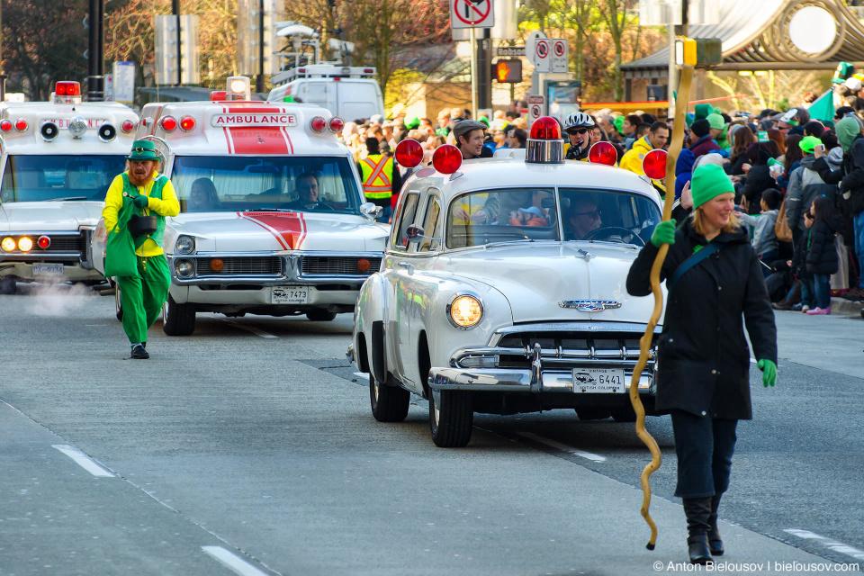 Винтажные автомобили городских служб Ванкувера, леприкон и друид на параде в честь Дня Святого Патрика в Ванкувере