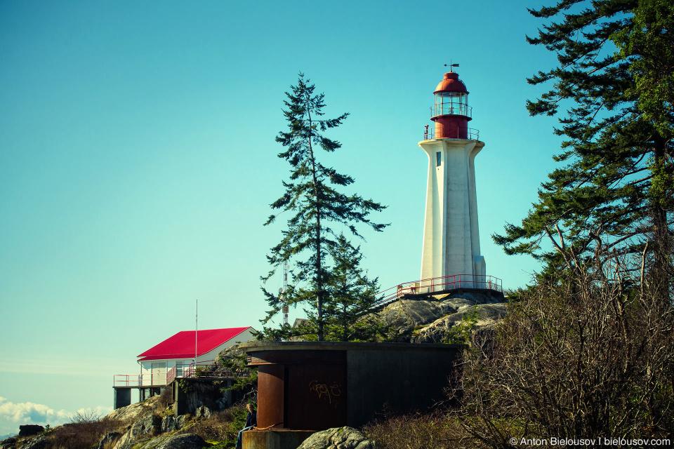 Маяк постройки 1875 года в парке Lighthouse Park в западном Ванкувере