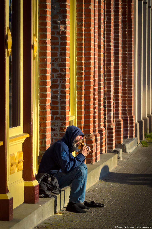 У Виктории была проблема с бездомными — «аж» 700 человек на 70 тыс. населения города (без пригорода) — которую город взялся безуспешно решать в 2008, но вдруг случилась Олимпиада в Ванкувере и сосед просто слил некое количество своих бездомных на остров. Количество это получилось едва заметным для Ванкувера, но ощутимым для маленькой Виктории.