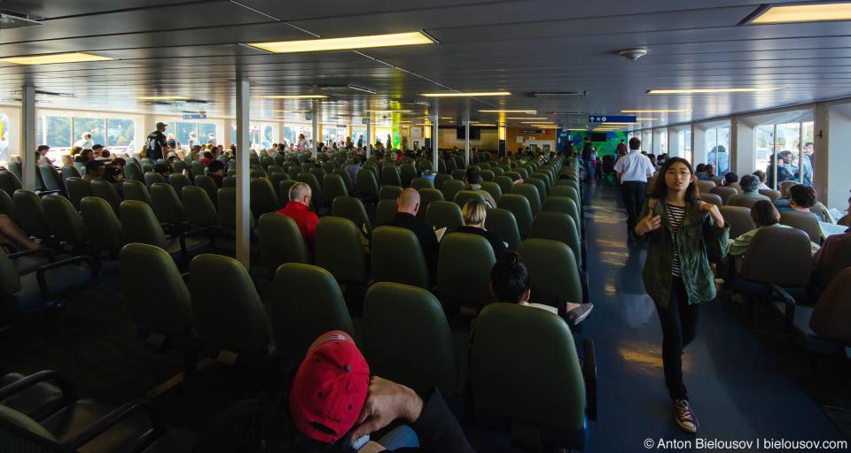 Пассажирская палуба похожа на зал ожидания в аэропорту. Старбак, детская комната и сувенирне магазинчики — все при нем. Или при ней.