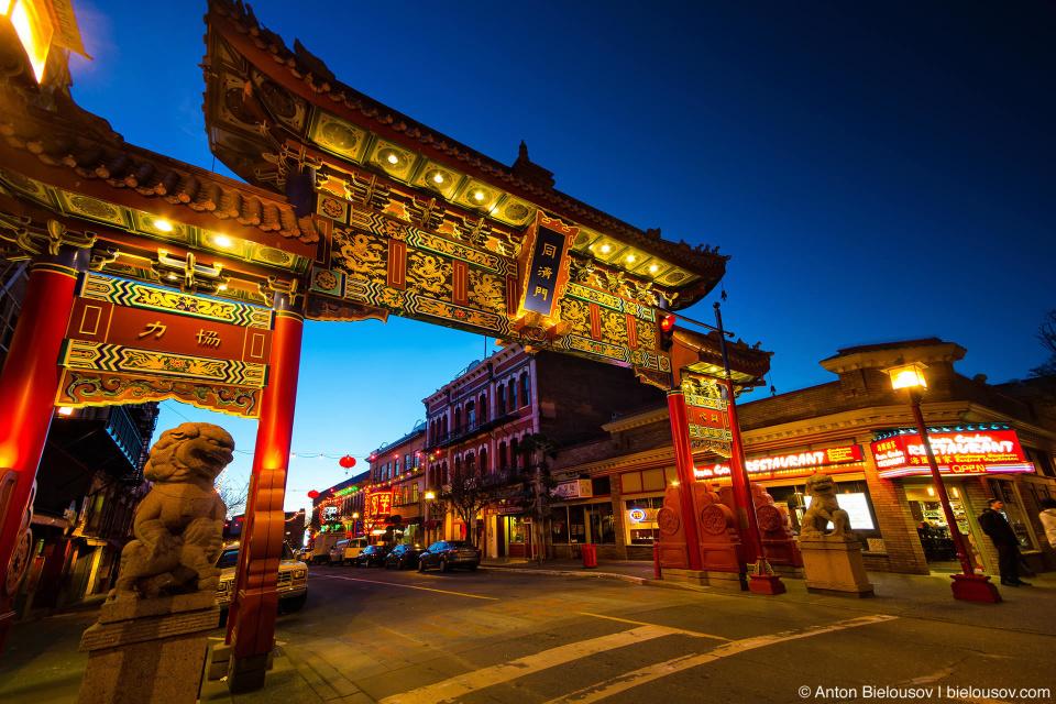 Воротами Гармоничной Выгоды (Gate of Harmonious Interest in Victoria Chinatown) — подарком города побратима Сучжоу в 1981 году.