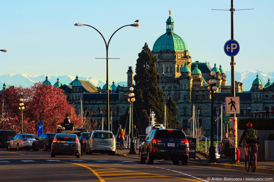 Здание парламента Британской Колумбии с видом на горы штата Вашингтон