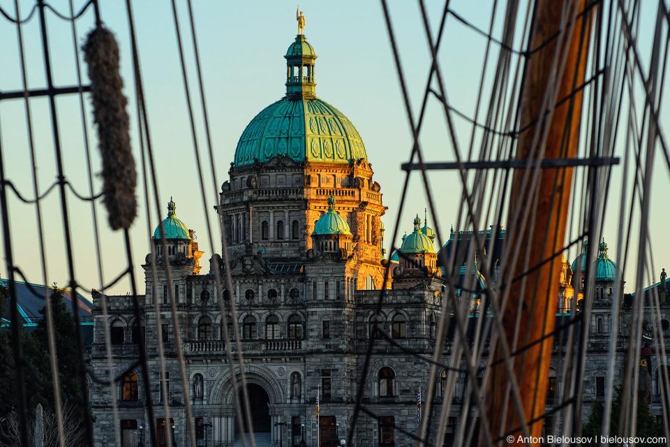Здание парламента сквозь снасти парусного судна – один из традиционных ракурсов в Виктории