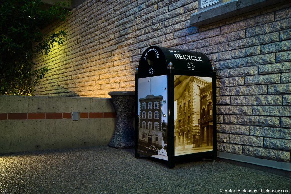 Все мусорки обклеены архивными фотографиями города. В Ванкувере трансформаторные будки заклеяны фотоообоями с озображением кустов, чтобы не выделяться на фоне зелени на заднем плане — это имеет чуть больше смысла, как по мне.