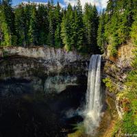 Дальше на север, уже на подъезде к Вистлеру обрушивает свои воды с 70-метровой высоты в озеро Дэйзи (Daisy Lake) алкогольный водопад Брендивайн.