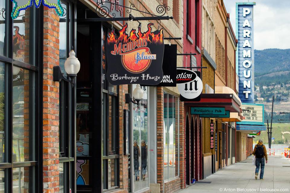 На центральных улицах Келоуны одновременно можно увидеть от силы человек 10 и те в основном подгулявшей наружности. (Kelowna, BC Barnard Avenue)