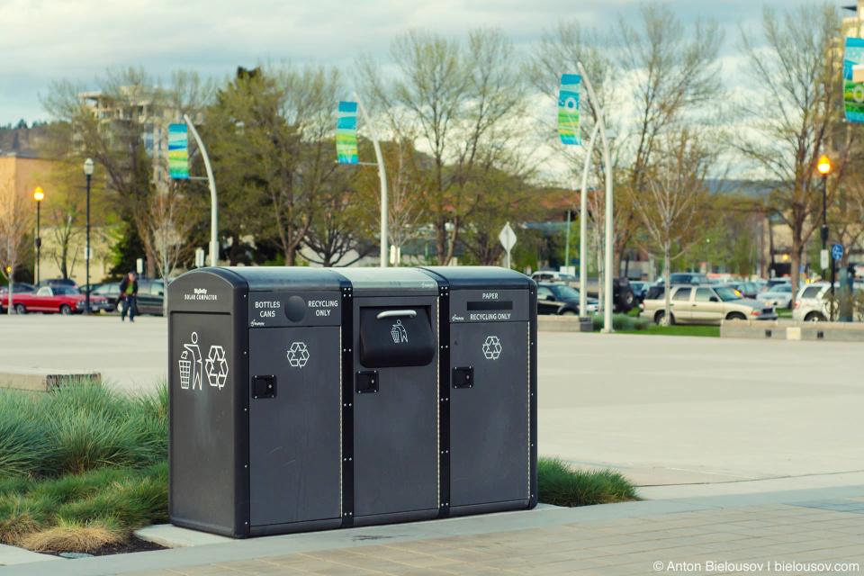 Келоуновские мусорки: отдельно перерабатывают газеты.