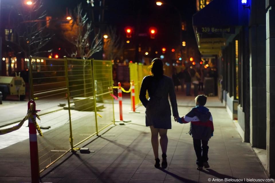 Из-за таких фонарей с генераторами и ограждениям по периметру улица Барнард Авеню стала похожа на уровень какой-нибуть игры про вампиров.