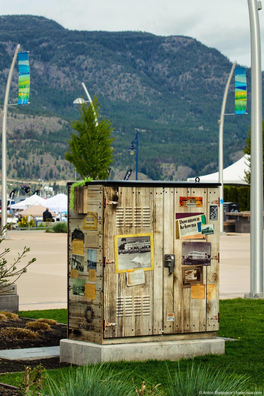 Распределительные будки обклеяны фотообоями по всей Канаде, но такие, под дерево, мне попались впервые. (Kelowna, BC)
