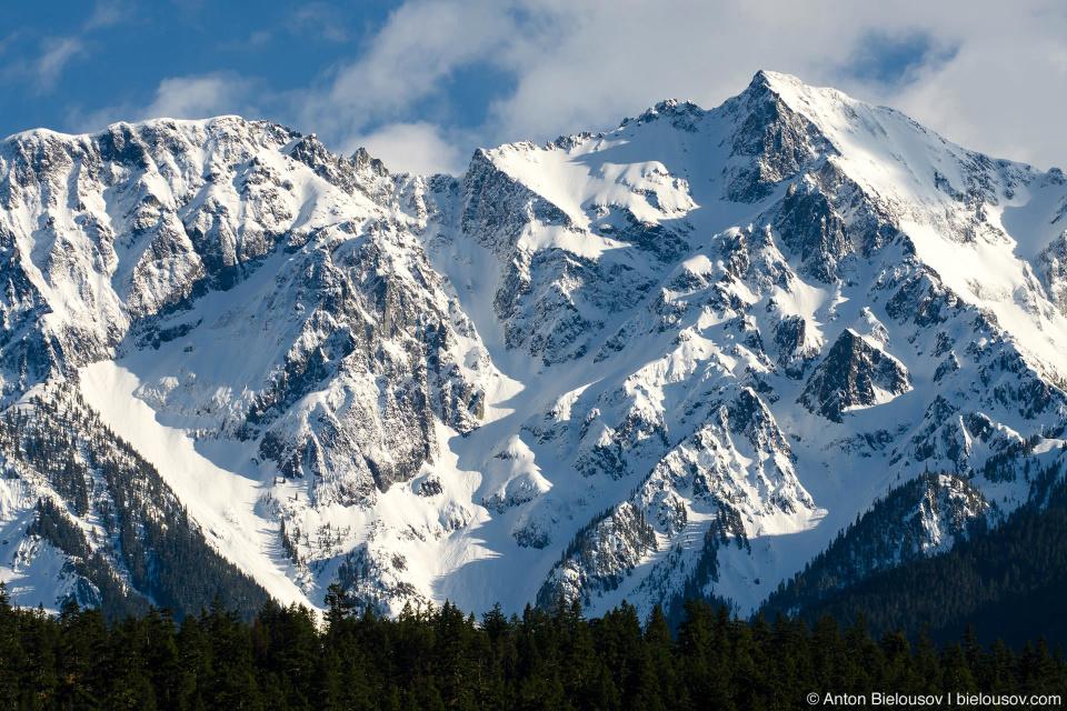 Вид на гору Карри (Mount Currie, 2,591 м) в Пембертоне (Pemberton, BC)