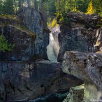 Еще ближе к Пембертону, в 20 минутах от Вистлера, плещется самый необычный водопад из всех — подопад Нэрна. Этот 60-метровый двойной водопад проделал себе подземных ходов и русл, по которым теперь очень эффектно спускает воду Зеленой реки (Green River).