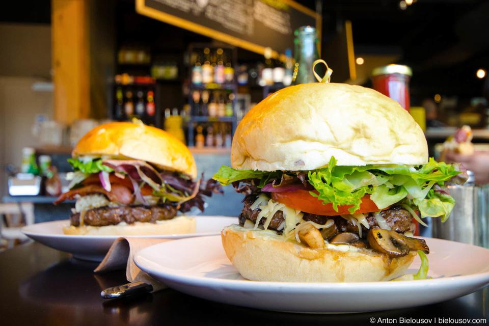 Лучшие бургеры на весь Sea to Sky из мяса «счастливых коров» в Пембертоне.