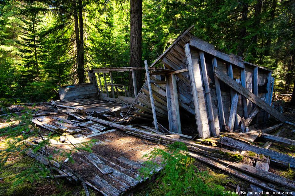 Однако сегодня лес пророс прямо сквозь него. Остатки дюжины домов просто то тут то там встречаются среди леса, никакого намека на планировку улиц не осталось. (Parkhurst Ghost Town, Whistler, BC)