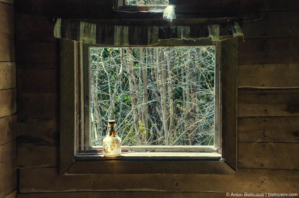 Сейчас в городе-призраке действительно живут призраки — они жарят хлеб на костре и прячутся на чердаке когда сюда заходят туристы. В единственном устоявшем доме живут и до этого попеременно жили не один десяток бездомных. (Parkhurst Ghost Town, Whistler, BC)