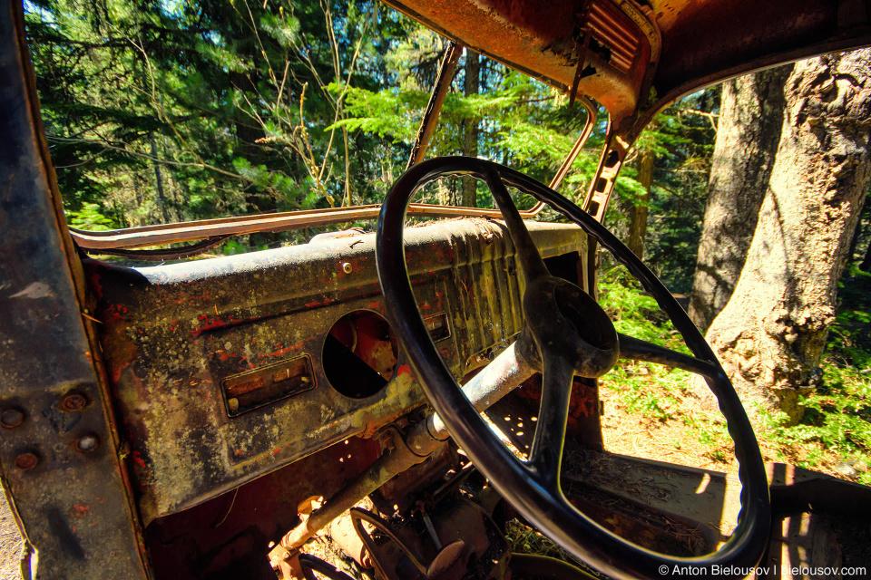 Зато здесь оталось несколько машин, возможно, здесь и были дороги. (Parkhurst Ghost Town, Whistler, BC)