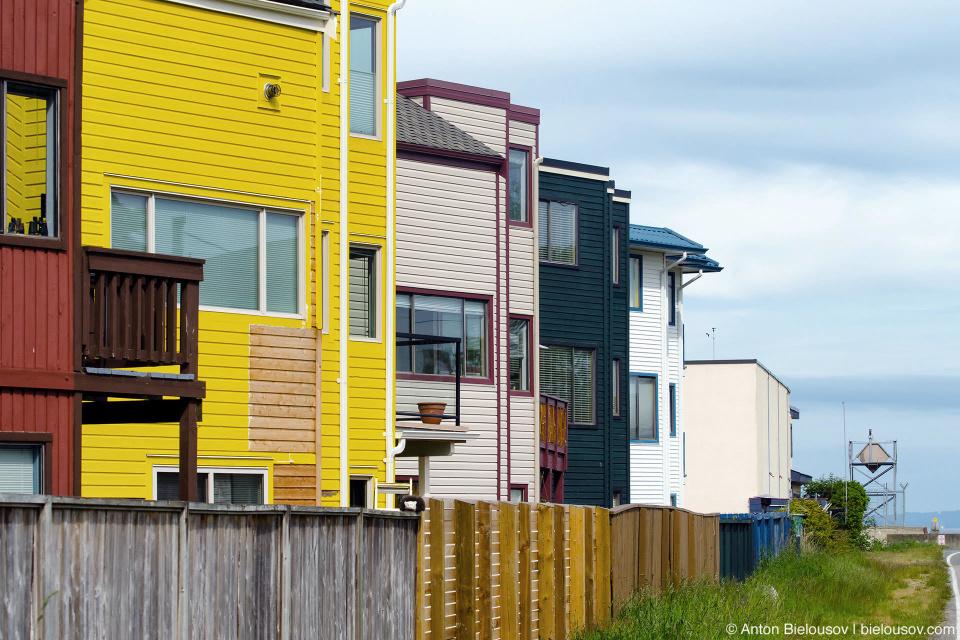 Канадские дома по ту сторону забора с видом на Америку по эту (Point Roberts, WA)