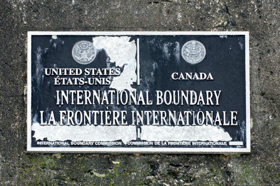 Табличка на месте международной границы США и Канады на пляже (USA / Canada International Boundary, Tsawwassn, Vancouver)