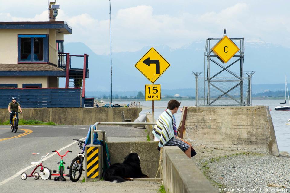 С Палканом на границе: по эту сторону забора — США, по ту — Канада (USA / Canada International Boundary, Tsawwassn, Vancouver)