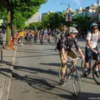 Велосипедисты собираются возле Галлереи Искуств в 6 часов вечера и выезжают по незапланированному заранее маршруту — не важно куда, гдавное как — занимая всю дорогу. Собственно, отсюда и название — если соберется три колеки, дорогу перекрыть не получится, но если наберется достаточно народу — критическая масса — тогда мы контролируем траффик в городе.